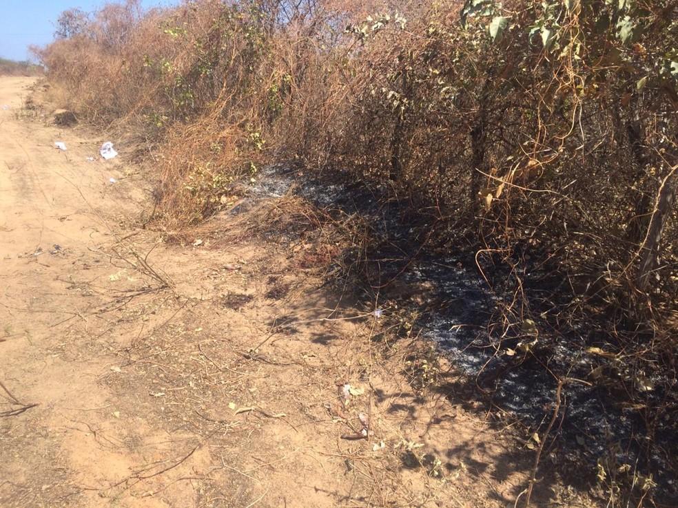 Homens foram encontrados mortos e com com os corpos queimados em uma estrada de barro em Mossoró — Foto: Hugo Andrade/Inter TV Costa Branca