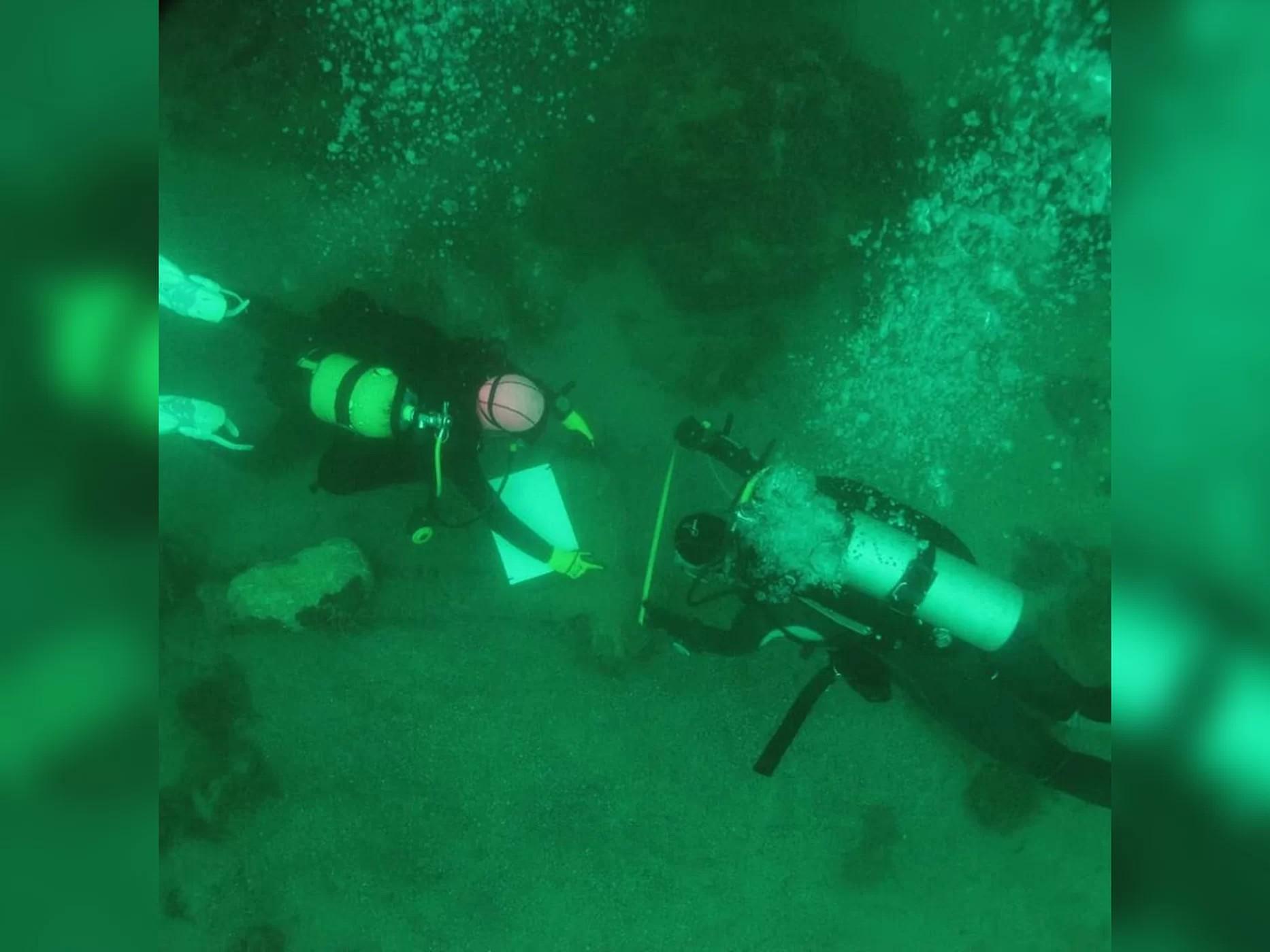 Pesquisadores fizeram cerca de 90 mergulhos no Lago Petén Itzá para encontrar itens maias (Foto: Mateusz Popek)