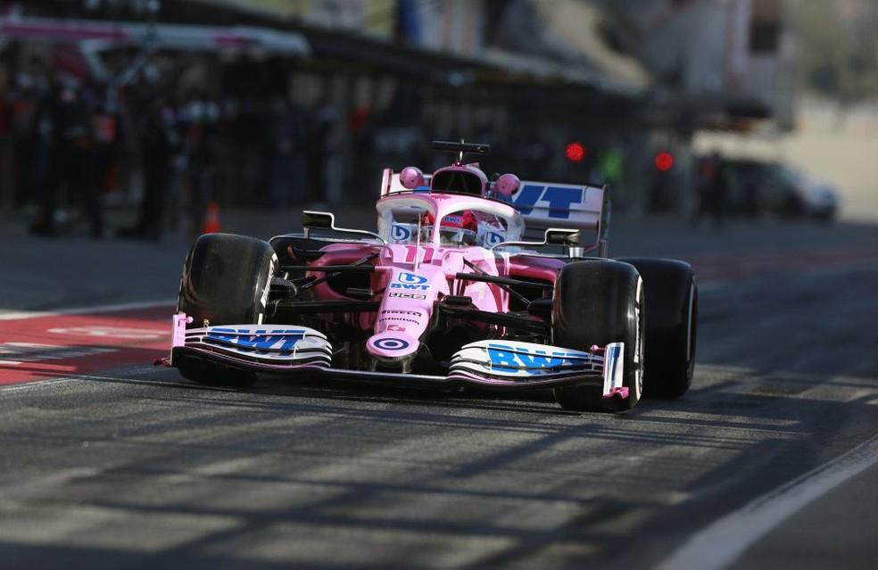 Pérez com o carro da Racing Point nos boxes de Barcelona — Foto: Divulgação