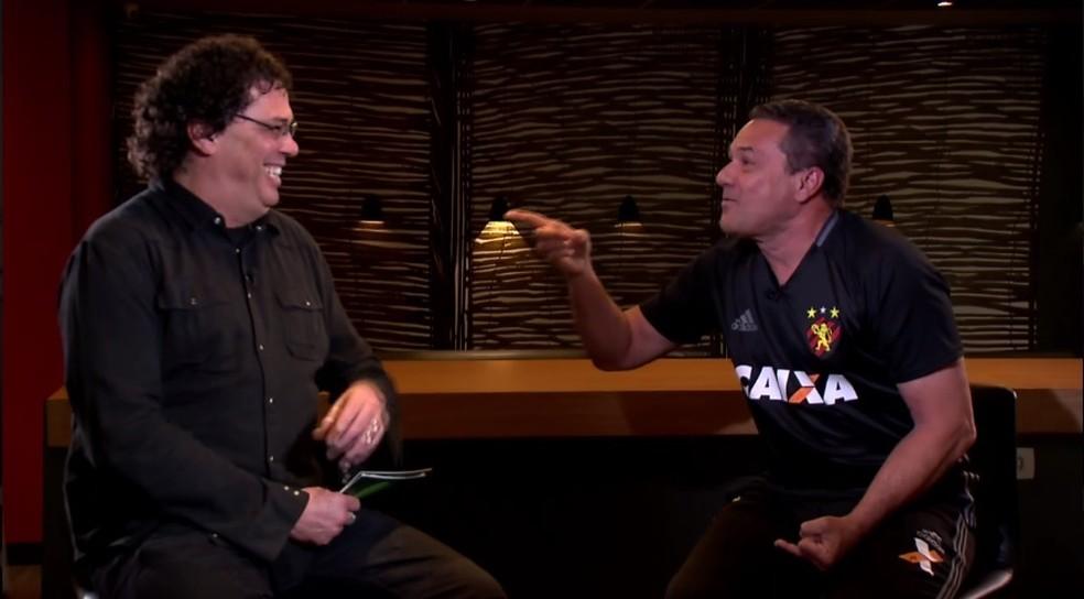 Casagrande se diverte em papo com Luxemburgo (Foto: Reprodução TV Globo)