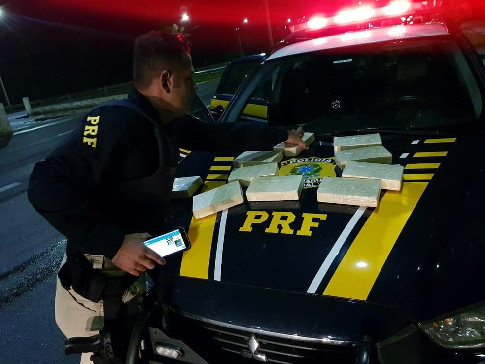 Mulher é presa com 10 Kg de pasta base de cocaína em ônibus na Fernão Dias (Foto: Divulgação/ Polícia Rodoviária Federal)