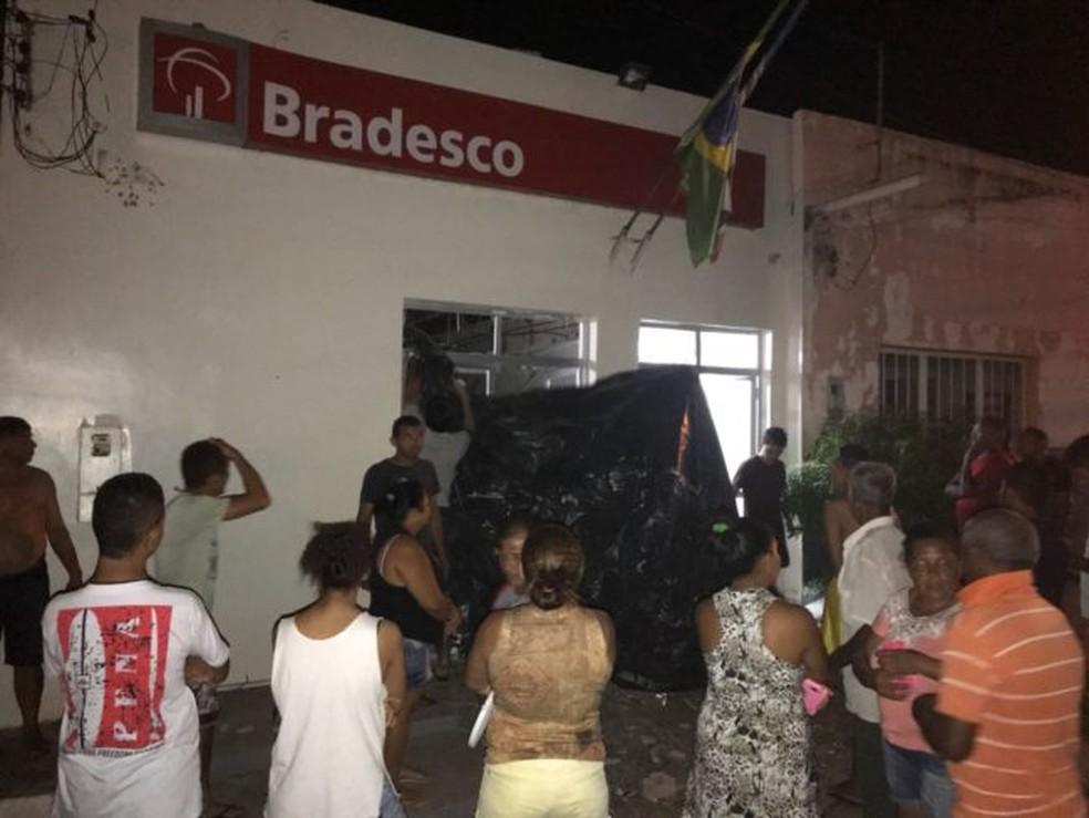 Moradores que residem próximo a agência relatam que houveram pelo menos quatro explosões no local. (Foto: Divulgação)