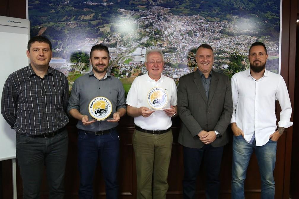 ... Dirigentes e autoridades apresentam o símbolo de capital nacional do  futsal — Foto  Ulisses Castro b7237cece0bf3