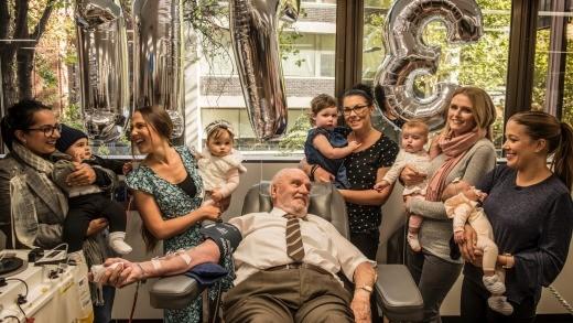 James Harrison no dia da última doação, rodeado de mães e bebês salvos da eritroblastose fetal  (Foto: Reprodução)