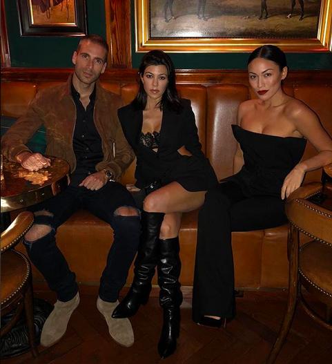 A socialite Kourtney Kardashian em um encontro com amigos (Foto: Instagram)
