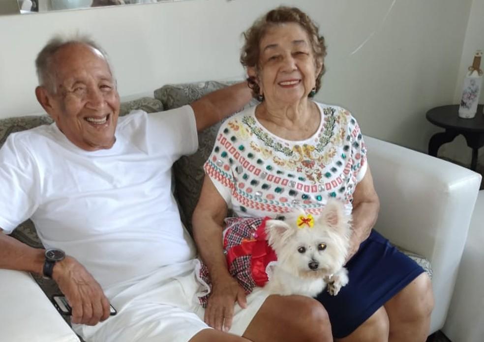 Casal Silvio e Tereza em casa com a cadelinha Mel.  — Foto: Arquivo pessoal