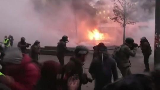 Manifestantes entram em confronto com policiais em dia de greve geral em Paris