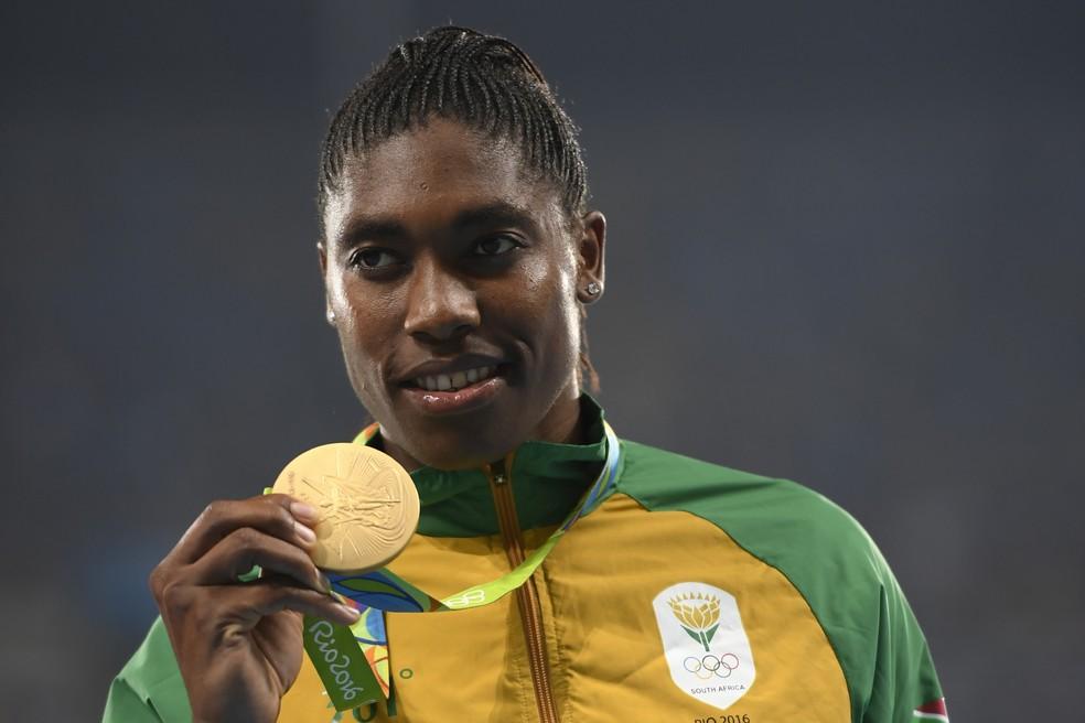 Caster Semenya com a medalha de ouro na Rio 2016 — Foto: Eric FEFERBERG / AFP