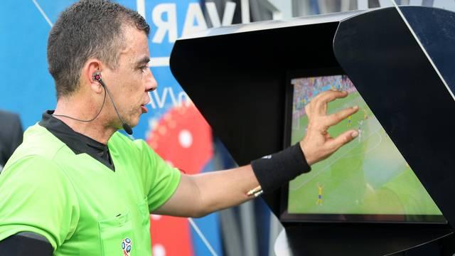 Joel Aguilar reviu lance antes de marcar pênalti para a Suécia