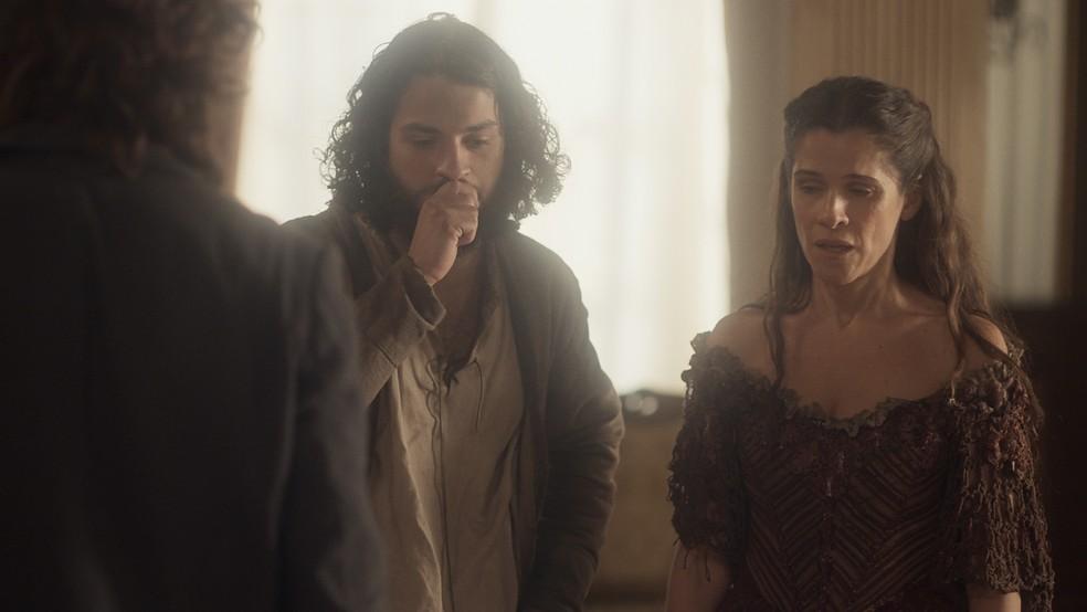 Pressionada por Hugo (César Cardadeiro), Elvira (Ingrid Guimarães) revela a verdade para Joaquim (Chay Suede), em 'Novo Mundo' — Foto: Gshow