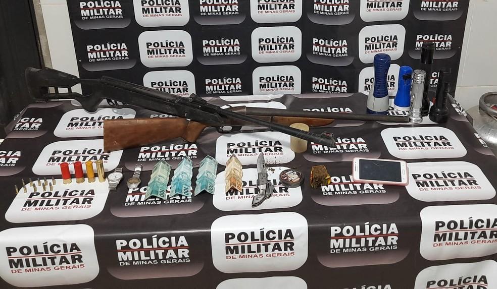 Policiais ainda apreenderam duas armas, munição, dinheiro e um tablete de maconha — Foto: Polícia Militar