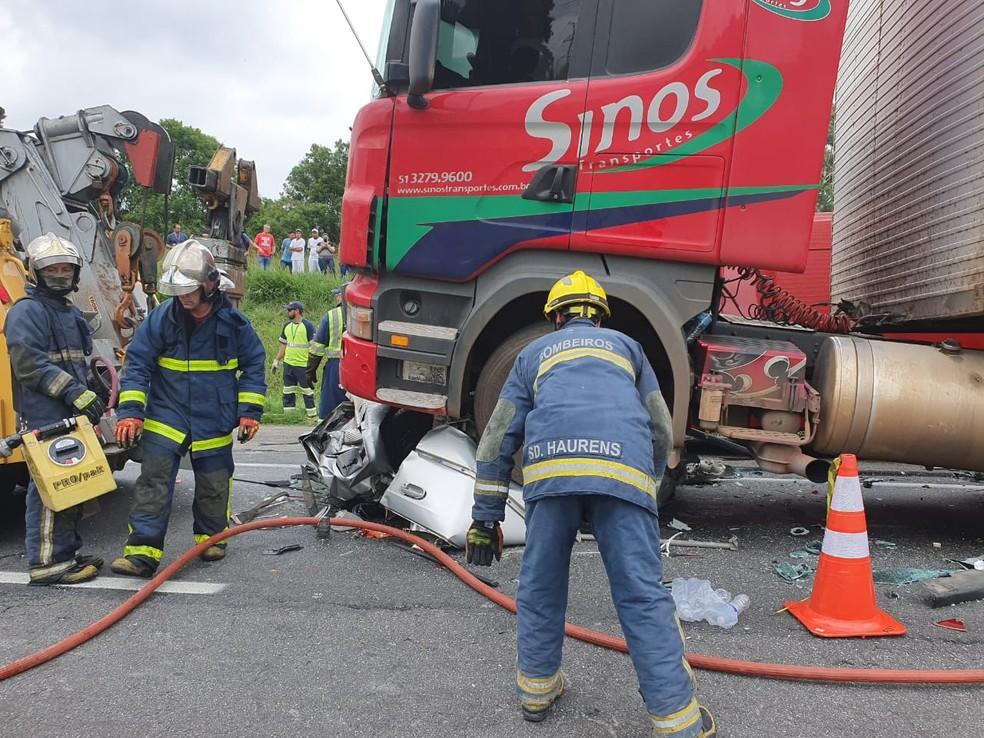 Acidente com pelo menos cinco mortes envolveu cinco veículos, em São José dos Pinhais  Foto: Vanessa Rumor/RPC