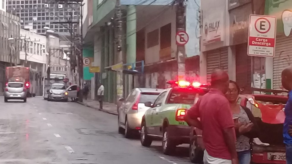 Três carros batem na Avenida Carlos Gomes; ninguém se feriu — Foto: Cid Vaz/TV Bahia