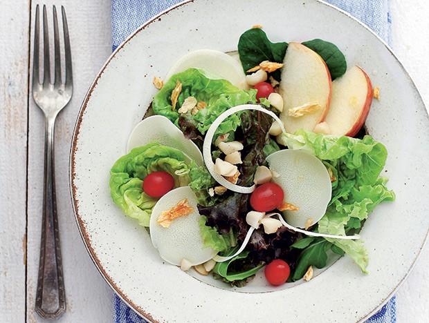 Salada de folhas, frutas e macadâmia (Foto: Rogério Voltan/Casa e Comida)