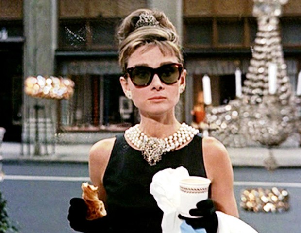 Audrey Hepburn institucionalizou o coque alto como símbolo da elegância (Foto: Divulgação)