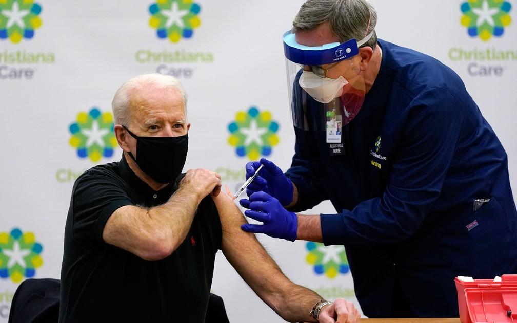 O presidente eleito dos EUA, Joe Biden, recebe sua segunda dose de vacina contra o coronavírus no ChristianaCare Christiana Hospital, em Delaware, na segunda-feira (11) — Foto: AP Photo/Susan Walsh
