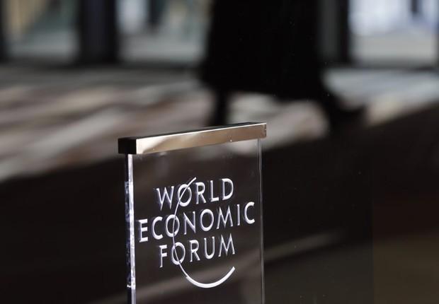 Placa vista em encontro anual do Fórum Econômico Mundial em Davos, Suíça (Foto: Ruben Sprich/Reuters)