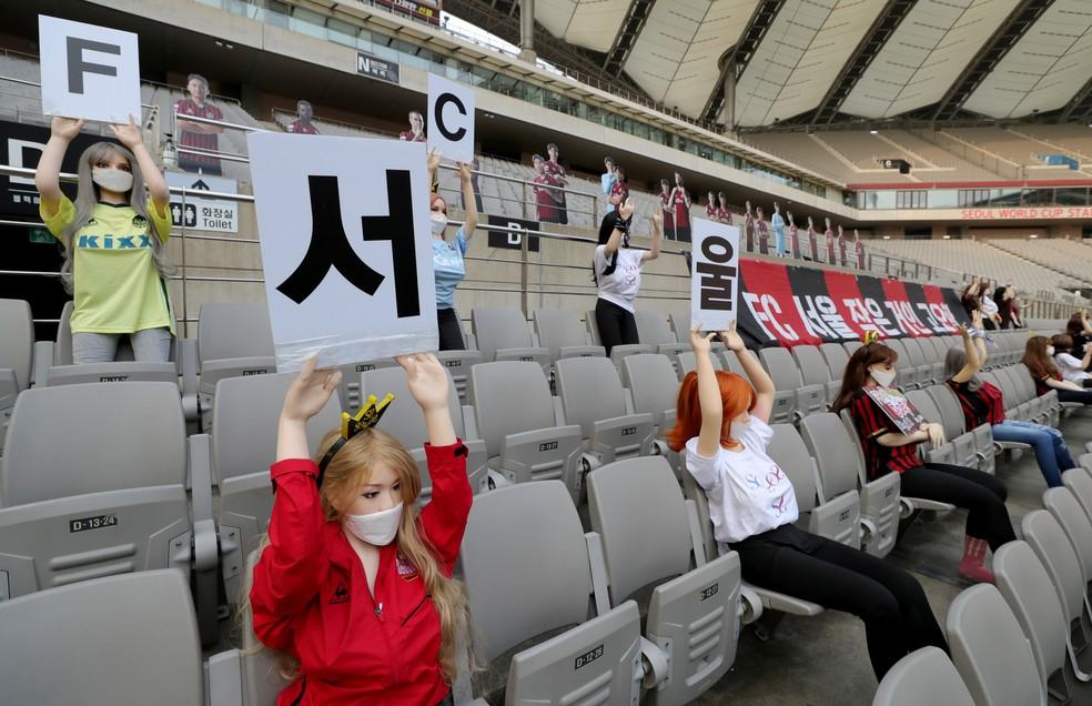 Bonecas nas arquibancadas do FC Seoul durante jogo do Campeonato da Coreia do Sul — Foto: Yonhap/via REUTERS