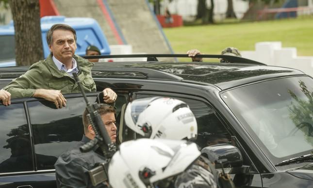 Bolsonaro ao lado de seguranças
