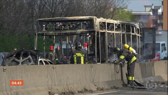Polícia salva estudantes sequestrados dentro de ônibus perto de Milão, na Itália