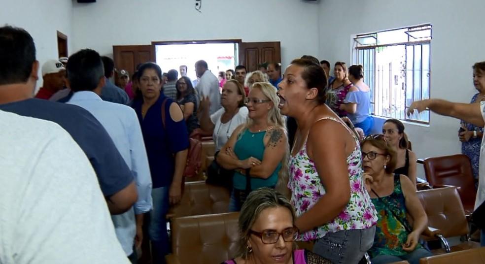 Moradores protestaram durante sessão da Câmara de Lambari que aprovou benefícios para prefeito, vice e vereadores (Foto: Reprodução / EPTV)
