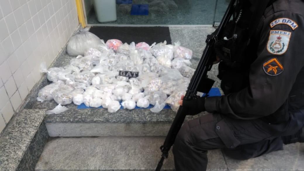 Homem é detido após PM apreender grande quantidade de drogas escondida em laje em Cabo Frio, no RJ - Notícias - Plantão Diário