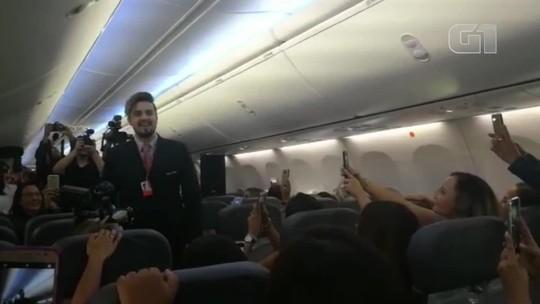 Gritos, 'sanduíche perfumado' e ministro assustado: como foi o 'voo Luan Santana' com 50 fãs à beira de um ataque de nervos
