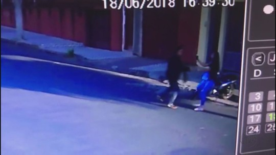 Vídeo flagra homem tentando roubar bolsa de mulher na rua em Casa Branca, SP