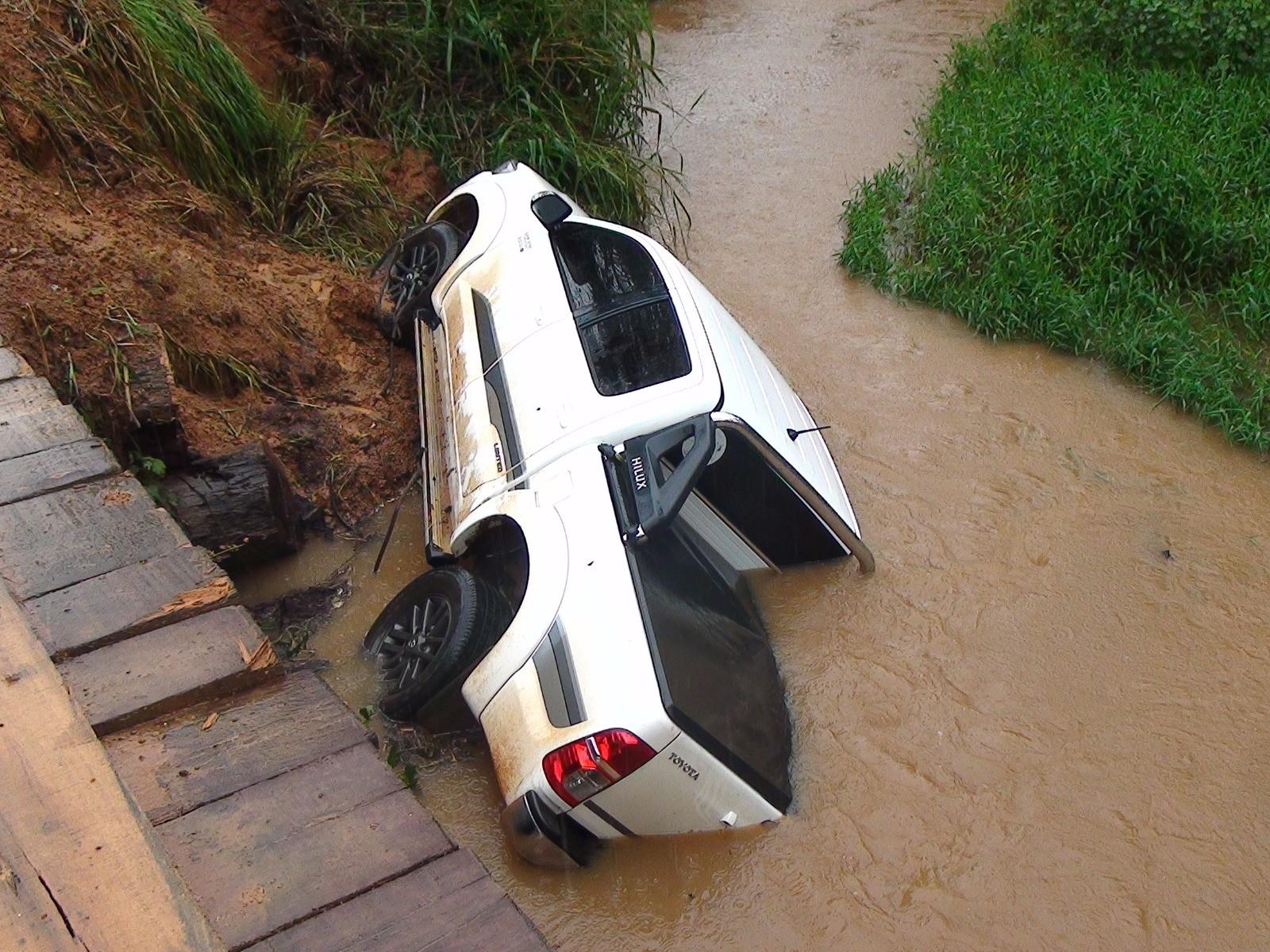 Caminhonete cai de ponte de madeira e motorista sai ileso em Rondônia