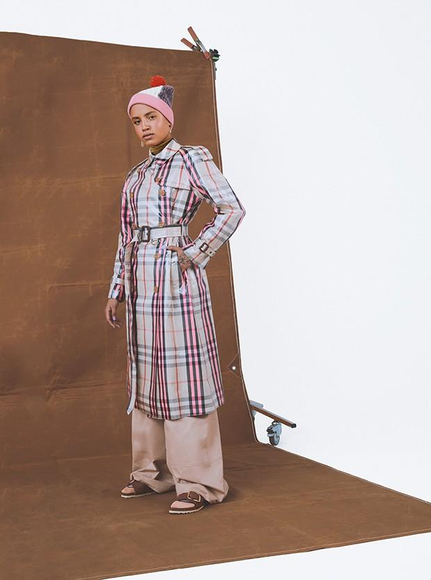 Trench coat, R$ 9.995, e gorro, R$ 850, ambos Burberry;  gola alta, R$ 160, Farm; calça,  R$ 1.289, Iorane. Brinco da esquerda, R$ 690, Swarovski, brinco da direita, R$ 18, Riachuelo; meias, R$ 16, Lupo; sandálias, R$ 450, Birkenstock (Foto: .)