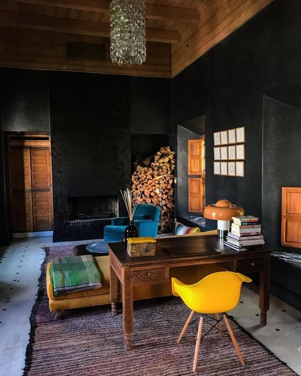 Décor do dia: quarto todo preto no Marrocos (Foto: Reprodução/Divulgação)