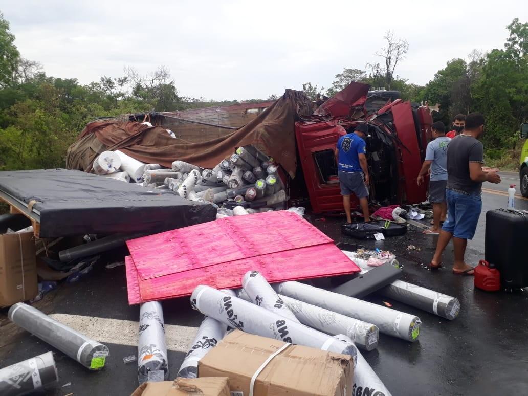 Acidente entre quatro caminhões deixa um ferido na BR-135, em Corinto