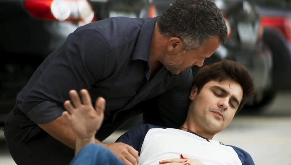 Agno (Malvino Salvador) corre para socorrer Leandro (Guilherme Leicam), em 'A Dona do Pedaço' — Foto: Globo
