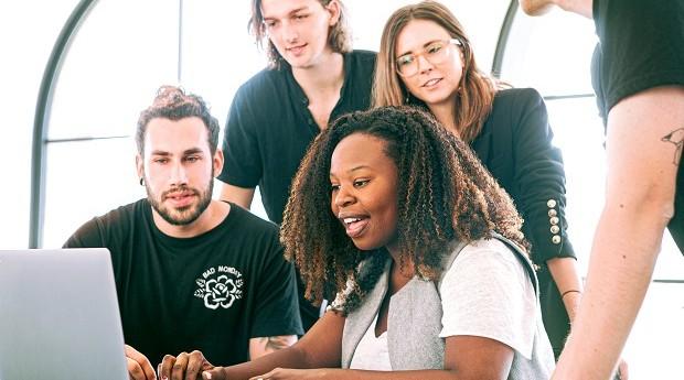 Reunião em uma startup (Foto: Canva Studio / Pexels)