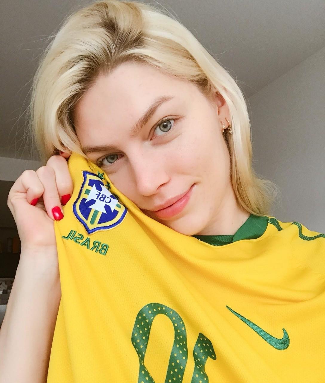 Aline Weber veste as cores da seleção canarinho (Foto: Reprodução/Instagram)