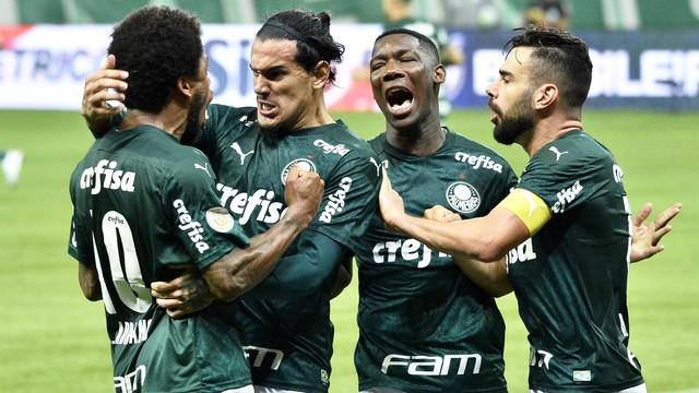 Luiz Adriano comemora gol do Palmeiras com companheiros
