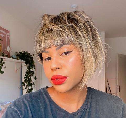 """""""Eu não sou menos negra por ter escolhido alisar meu cabelo"""", conta Lari Cunegundes"""