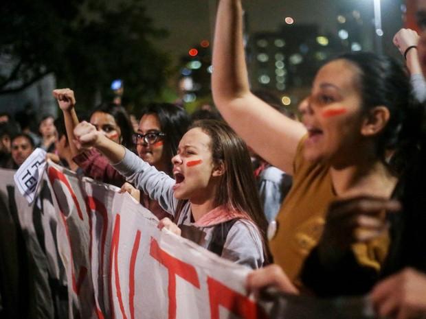Manifestantes contrários ao governo Temer em protesto na Avenida Paulista (Foto: Tiago Queiroz/Estadão Conteúdo)