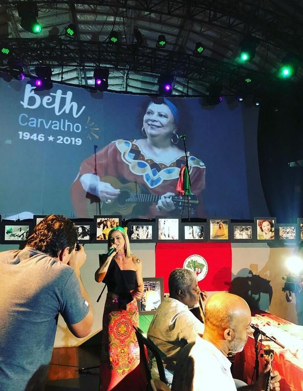 Luana Carvalha canta em samba de sétimo dia da mãe, Beth Carvalho (Foto: Reprodução/Instagram )