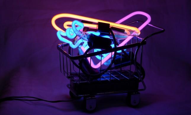 O carrinho de supermercado de neon sucesso no Salão do Móvel em Milão