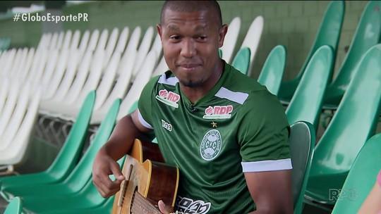 Artilheiro musical, atacante Rodrigão faz do violão sua terapia