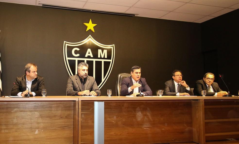 Alexandre Gallo, segundo da esquerda para a direita, comentou sobre os R$ 10 milhões destinados à contratações (Foto: Bruno Cantini/ Atlético-MG)