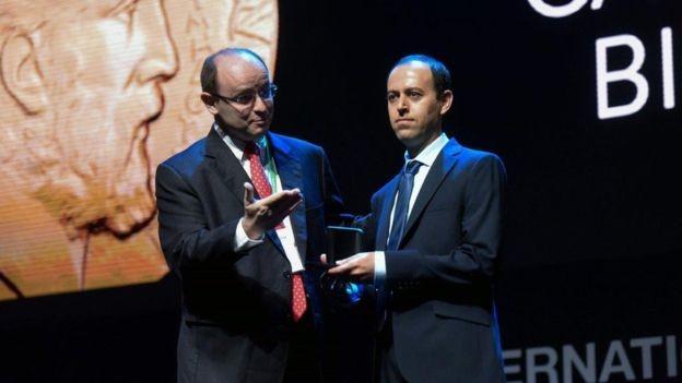 Filhos de pais que não tiveram educação formal, Birkar acabou se formando na Universidade de Teerã e aos 40, recebendo uma das medalhas mais prestigiosas de matemática (Foto: AFP/via BBC News Brasil)