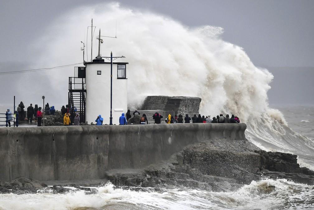 Mar revolto durante passagem da tempestade Dennis em Porthcawl, no País de Gales, neste sábado (15) — Foto: Ben Birchall/PA via AP
