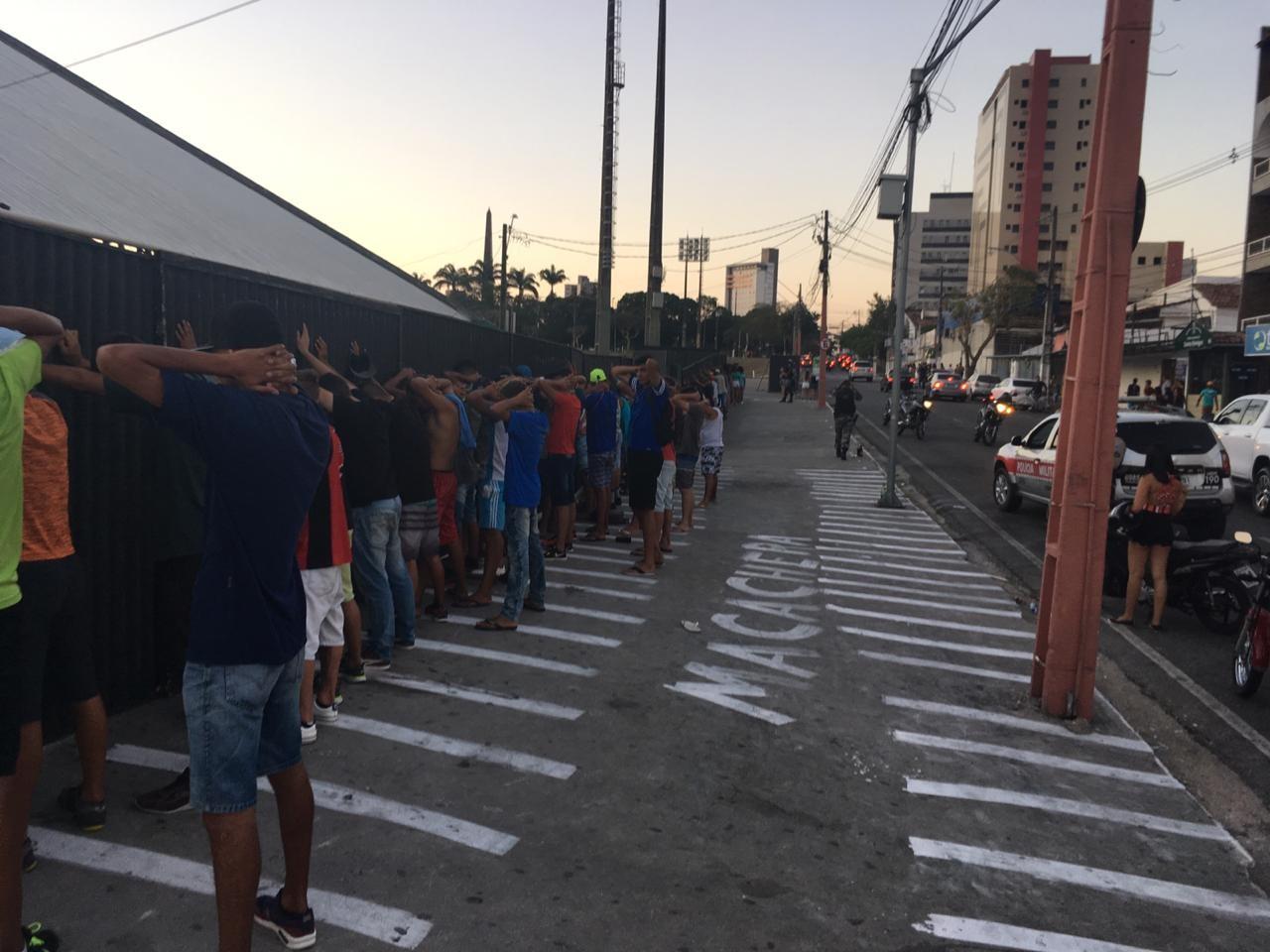 Polícia aborda 300 pessoas e apreende drogas, armas brancas e veículos, na Paraíba