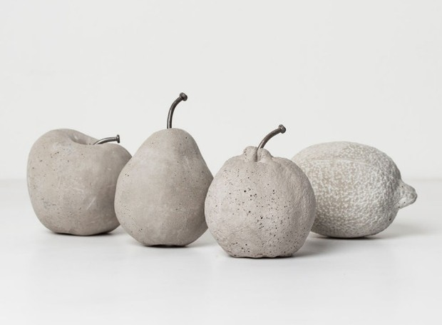 Frutas de cimento, do Estúdio Iludi, decoram a mesa de refeições (Foto: Divulgação)