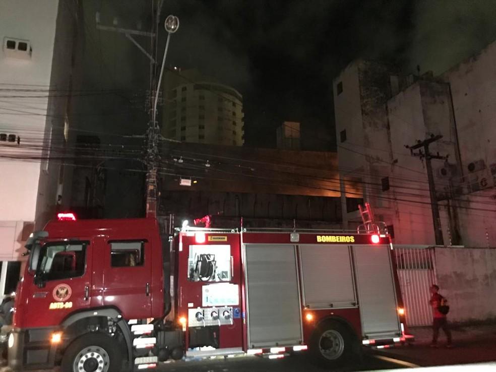 Incêndio atingiu loja na Cidade Alta, em Natal — Foto: Geraldo Jerônimo/Inter TV Cabugi