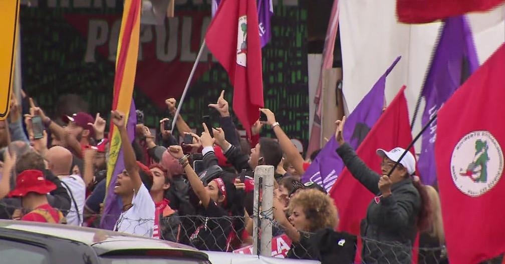 Apoiadores de Lula se concentraram nos arredores da PF, em Curitiba, na tarde desta sexta-feira (8) — Foto: Reprodução/RPC