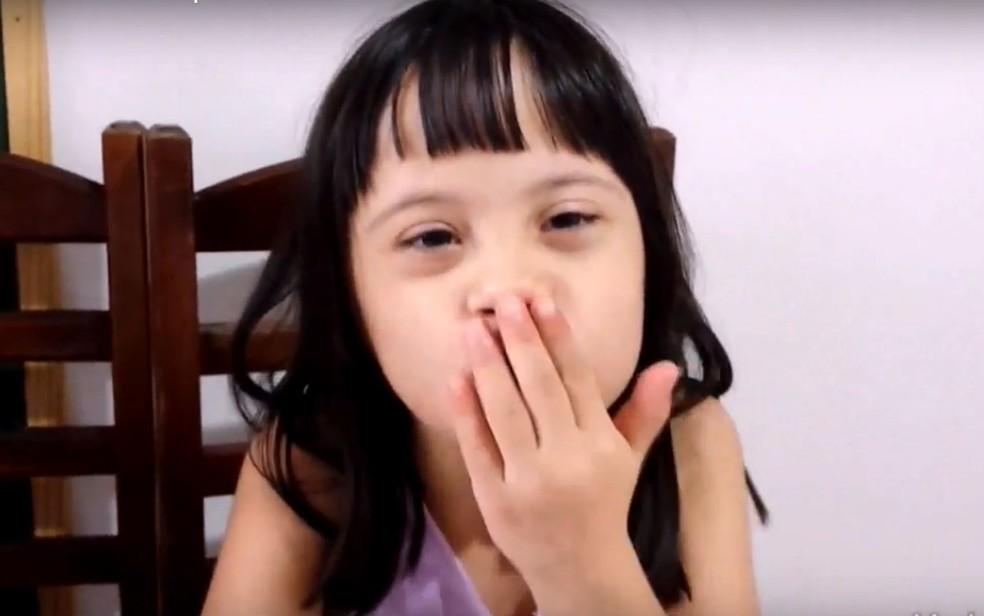 Com síndrome de Down, a menina Letícia de Campinas, se despede dos espectadores em seu canal no Youtube (Foto: Reprodução/Youtube)