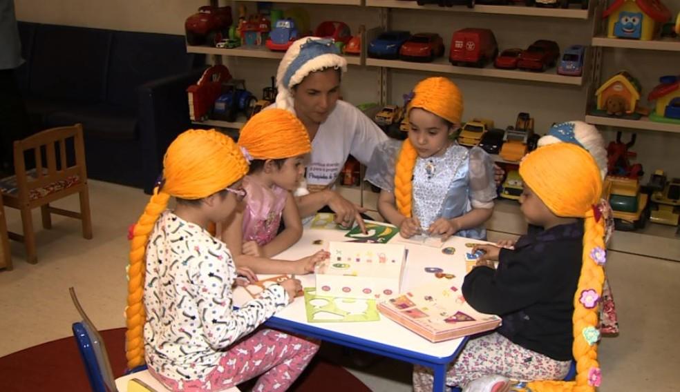 Perucas de princesas são entregues para crianças com câncer em Campinas — Foto: Reprodução/EPTV